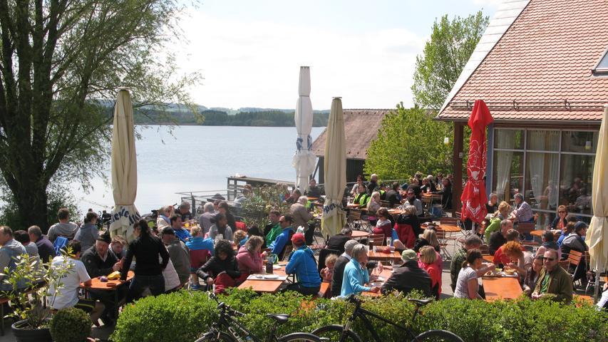 Am kleinen Brombachsee, nahe des Damms zum Großen Brombachsee, liegt die Seeklause. Hier gibt es heißgeräuchterte Forellen und Platz für 200 Personen.