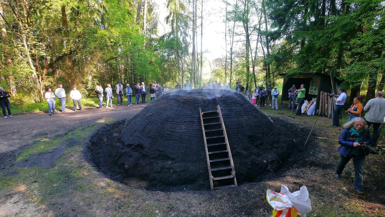 Es raucht, und ein bisschen stinkt es auch: Gerhard Sommer zeigte der Bezirkskommission des Dorfverschönerungswettbewerbs seinen Meiler. Pro Ster Holz gewinnt er daraus rund 80 Kilogramm Holzkohle.