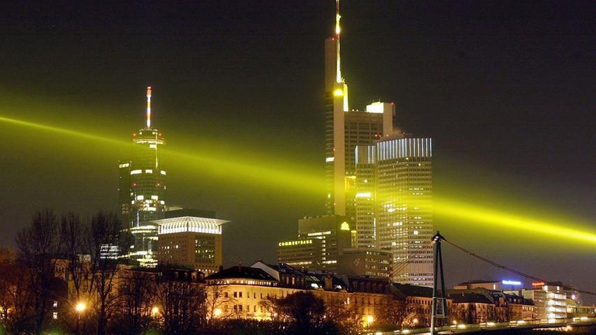 Die Skyline in Frankfurt erleuchtet die Nacht. Gerade in Westeuropa gibt es laut Lichtatlas nur noch wenige Regionen, in denen der Nachthimmel richtig dunkel ist.