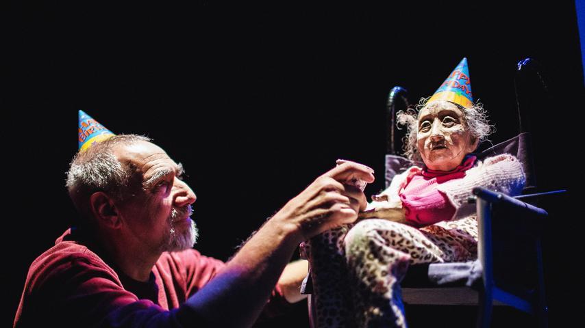 Einige Stücke befassen sich mit dem Alter. Hier das Sandglass Theater aus den USA, das der Demenz auch poetische und witzige Seiten abgewinnen kann.