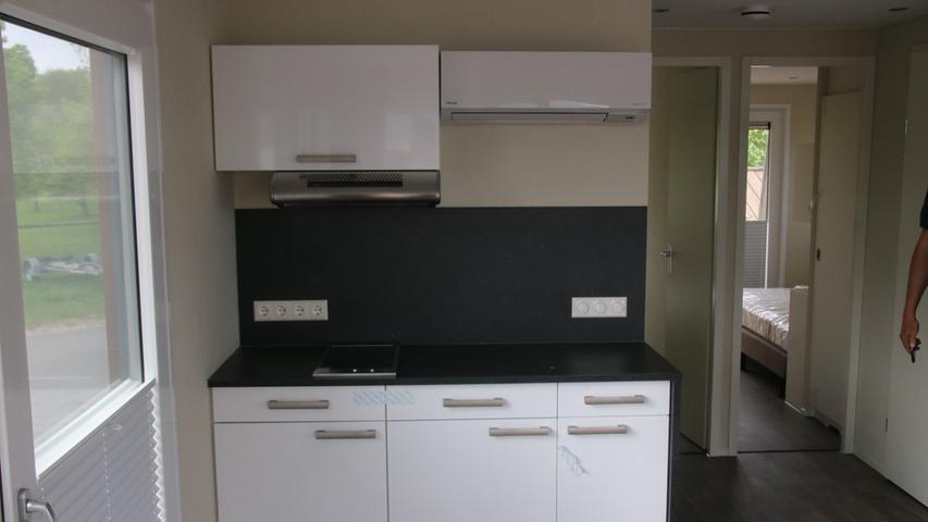 Das Innere: Eine Küche mit Ofen, Herdplatte, Mikrowelle und  Kühlschrank ist im Kaufpreis dabei.