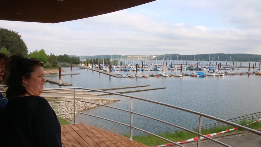 Die Aussicht kann sich sehen lassen. Schon vom Standplatz am Ufer hat  die Terrasse des Schwimmenden Hauses einigen Charme. Und es gibt auch  noch eine Dachterrasse.