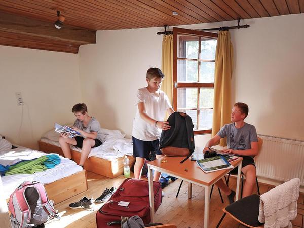 Bis zu fünf Schüler übernachten in einem Zimmer, wo sich die Betten und auch Waschbecken (nicht zu sehen) befinden.