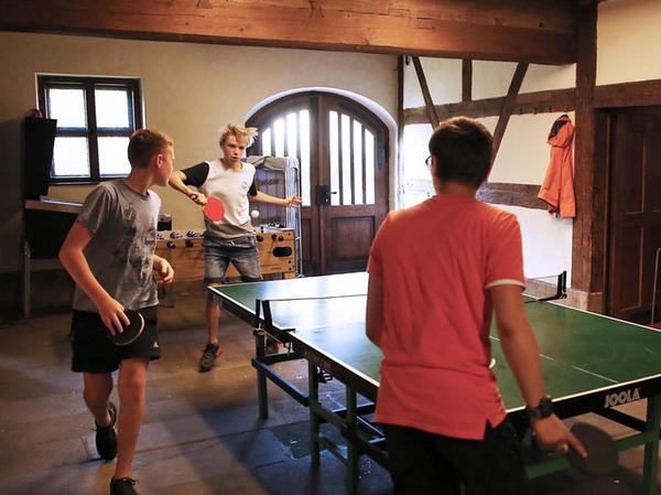 Neben dem gemeinsamen Lernen steht auch Spaß auf dem Freizeitprogramm, etwa beim Tischtennis oder Zocken.