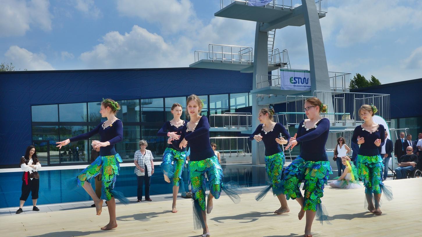 Das neue, rundum sanierte Westbad ist mit einer offiziellen Eröffnungsfeier seiner Bestimmung übergeben worden. Die Mädchen vom Tanzstudio Geist unterhieleten die Gäste.. Foto: Klaus-Dieter Schreiter