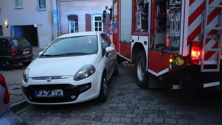 Zimmerbrand in Fürth: Feuerwehr bleibt wegen Falschparkern stecken