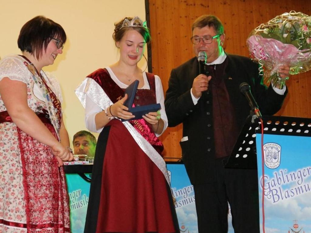 Die neue Krautkönigin Carolin I. erhielt anlässlich ihrer Krönung ein Geschenk der Goldschmiede Norys. Überreicht wurde es ihr von Bürgermeister Hans Popp.