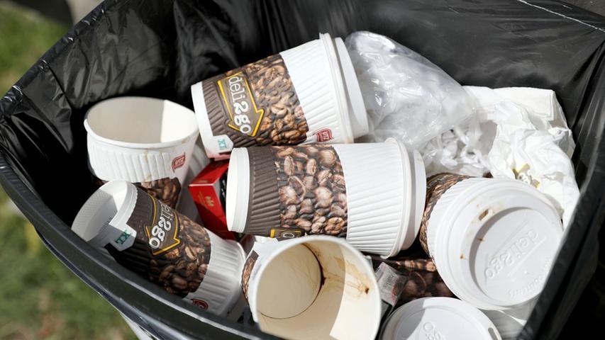 Schnell noch einen Kaffee auf dem Weg zur Arbeit trinken: Für viele Deutsche ein absolutes Muss. Ein großes Umweltproblem stellen allerdings die dafür benötigten Einweg-Becher samt Plastik-Deckel und -Beschichtung dar. Viel besser eignet sich dafür eine Thermoskanne aus Edelstahl. Diese lässt sich beliebig oft wiederverwenden und der Kaffee bleibt bei kühlen Temperaturen auch noch warm. Wer sich ein größeres Exemplar zulegt, kann noch eine Ration für die Kollegen mitnehmen. Damit ist die gute Stimmung im Büro selbst an einem trüben Montagmorgen gesichert.