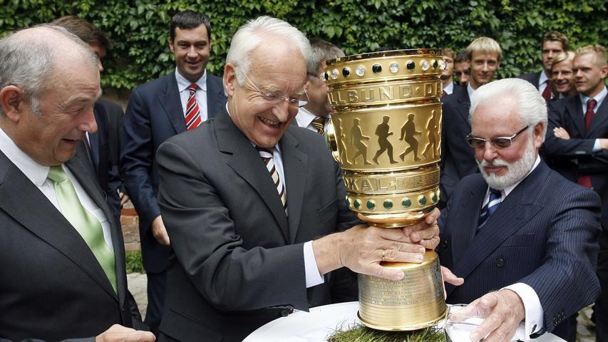 Doch auch der damalige bayerische Ministerpräsident Edmund Stoiber wollte ihn einmal anfassen. Links daneben der damalige Innenminister Günther Beckstein und im Hintergrund Markus Söder.
