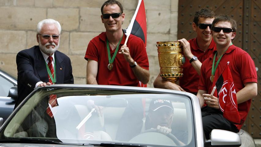 Mit ihm im Auto saßen von links: Markus Schroth, Raphael Schäfer und Ivan Saenko. Sie alle sahen nicht so aus, als hätten sie viel geschlafen.