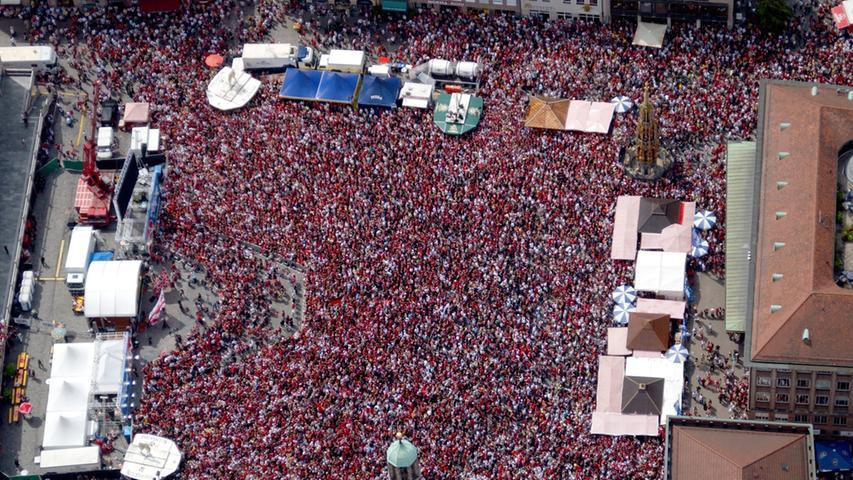 Wie voll es war, zeigt dieses Luftbild vom Nürnberger Hauptmarkt.