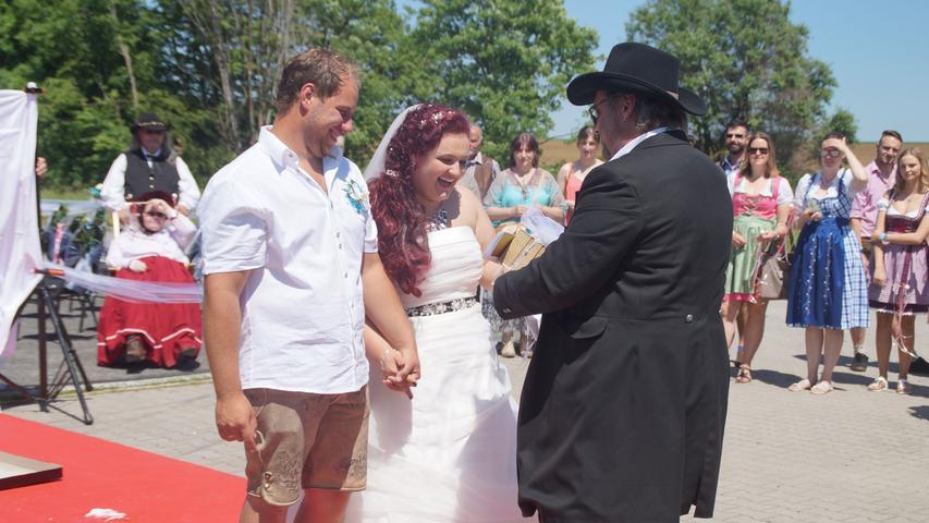 Die freie Trauung von Lisa und Simon Finger im Bavarian American Style war eine Ausnahme-Hochzeit. Nicht nur, dass mit dem Helikopter-Landeplatz in den