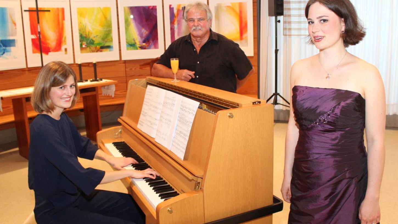 Mezzosopranistin Pia Buchert (rechts) und Maria Saulich am Klavier präsentierten im Franziskushaus in Röttenbach verloren gegangene Klänge, literarisch umrahmt von Marias Vater Lothar Saulich (M.).