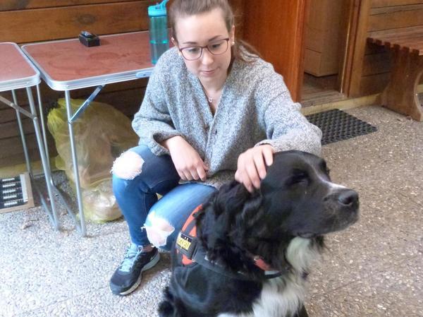 Das gefällt auch einem Therapiehund: Neele lässt sich von einer Studentin streicheln.
