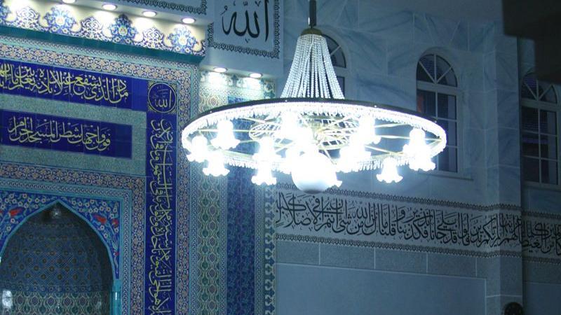 Geöffnete Hände symbolisieren geöffnete Herzen: Streng gläubige Muslime verfolgen das Gebet fünfmal täglich. Das Frühgebet ist mit vier Einheiten das kürzeste. Zum Nachtgebet werden 13 Einheiten abgehalten, was ungefähr einer halbstündigen Messe entspricht.