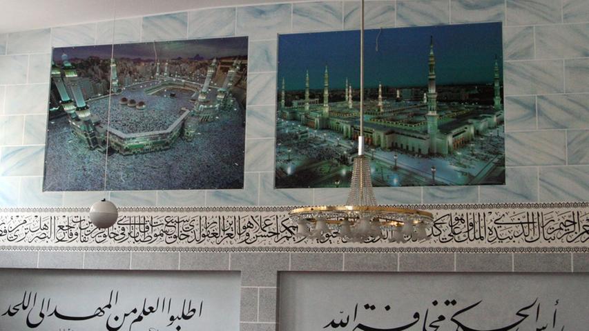 Zwei Wahrzeichen der islamischen Hochkultur als Wandschmuck: Links die berühmte Kaaba, das zentrale Heiligtum des Islam. Der Kubus befindet sich im Innenhof der al-Masdschid-al-Haram-Moschee in Mekka (Saudi-Arabien). Jeder Gläubige, der es körperlich und finanziell aufbringen kann, sollte einmal im Leben die große Pilgerreise (
