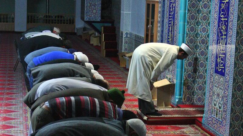 Eine Verbeugung vor Allah. Im Gebet lassen Muslime kurzzeitig alles Weltliche hinter sich. Die Zeilen