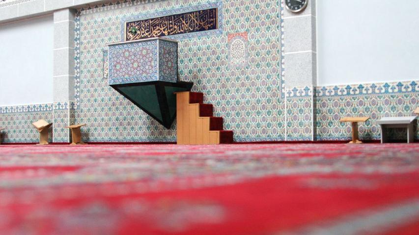 Ungewohnter Blick vom Gebetsteppich Richtung Lehrstuhl. In der Moschee wird nicht nur gebetet. Eine Teestube gibt es ebenso wie einen Laden mit vorwiegend türkischen Lebensmitteln und Seminarräume für Jugendgruppen und die Frauenabteilung.