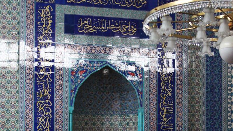 Die Gebetsnische, die Mihrab, ist in der Wand des Gebetsraums eingelassen und gibt die Gebetsrichtung der Moschee vor. Muslime beten immer Richtung Mekka. Die Schriftzüge bedeuten