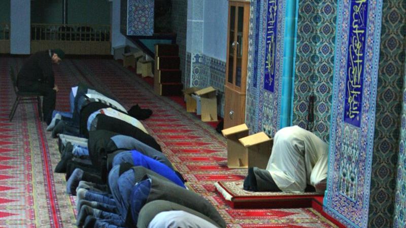 Beim Niederwerfen berührt die Stirn des Muslims den Boden. Dem Glauben entsprechend ist dies die Haltung, in der sich der Mensch dem Schöpfer am nächsten fühlt. Wissenswert: Innerhalb des Gebetsraums tragen die Besucher und Betenden keine Schuhe. Sie müssen vor der Tür ausgezogen werden.