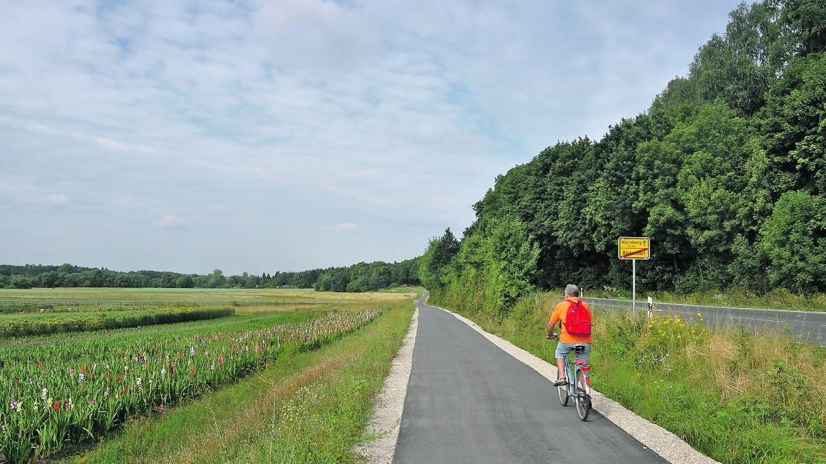 Der Radweg an der B14, wie hier bei Rückersdorf, ist im Augenblick die einzige echte Schnellroute im Landkreis, die Radfahrer zum Pendeln nutzen können.