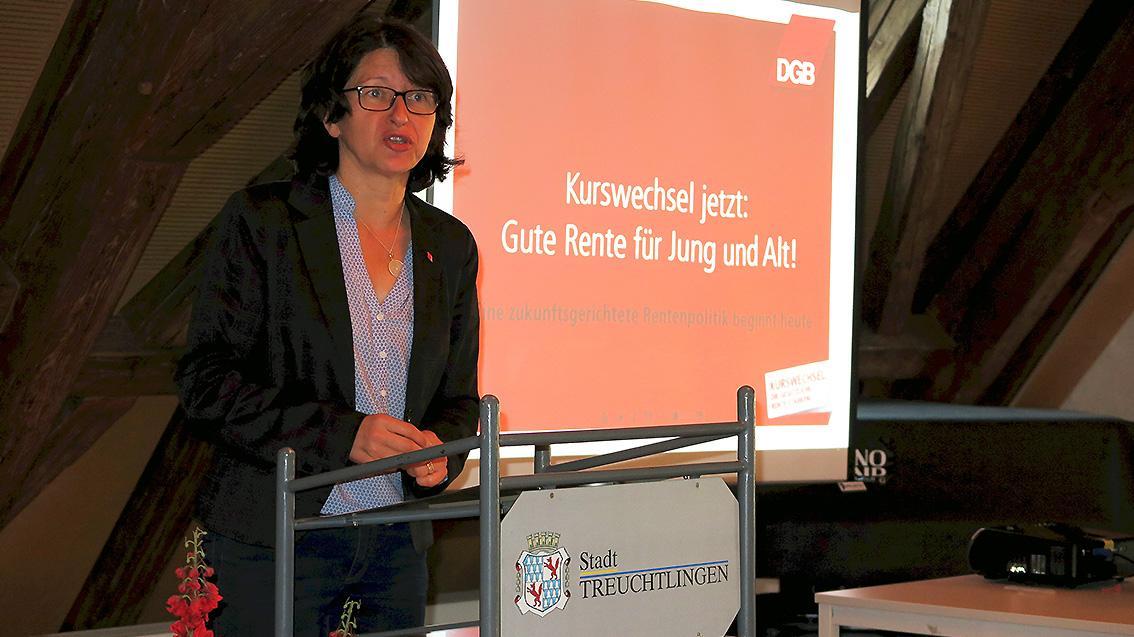 Die stellvertretende DGB-Landesvorsitzende Dr. Verena Di Pasquale sprach im Treuchtlinger Kulturzentrum Forsthaus vor Gewerkschaftern und Betriebsräten.