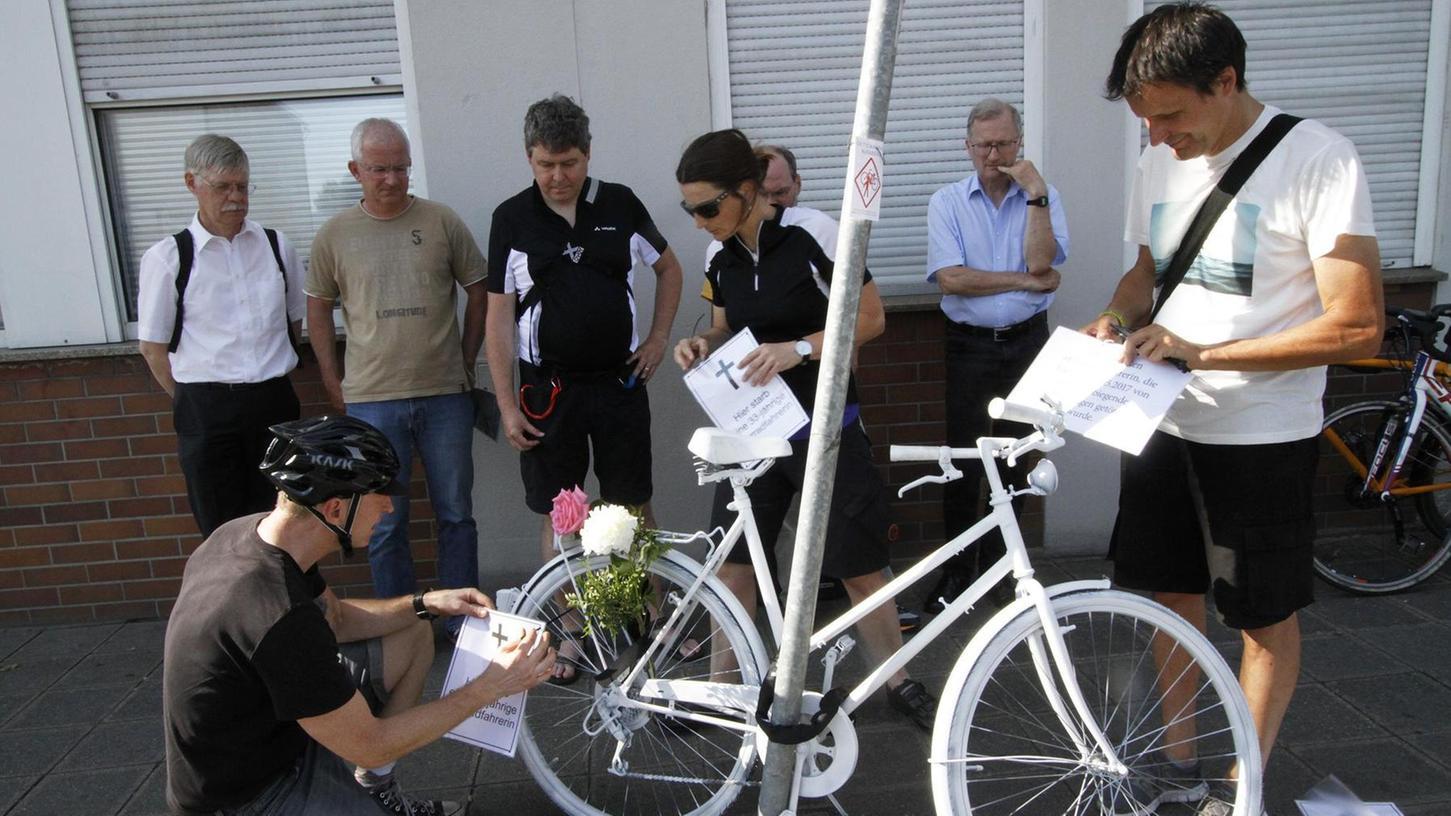 """Mahnmal am Unfallort: Mit einem komplett weiß lackierten """"Ghostbike"""" wird seit gestern an der Ecke Ulmen-/Vogelweiherstraße an die Radlerin erinnert, die dort am 22. Mai von einem Betonmischer tödlich überrollt wurde."""