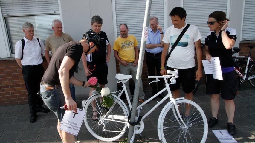 LOKALES Foto: Eduard Weigert Datum: 31.5.17..Vogelweiherstraße X Ulmenstraße ..private Initiative von Fahrradfahrern stellen am Unfallort ein Ghostbike auf