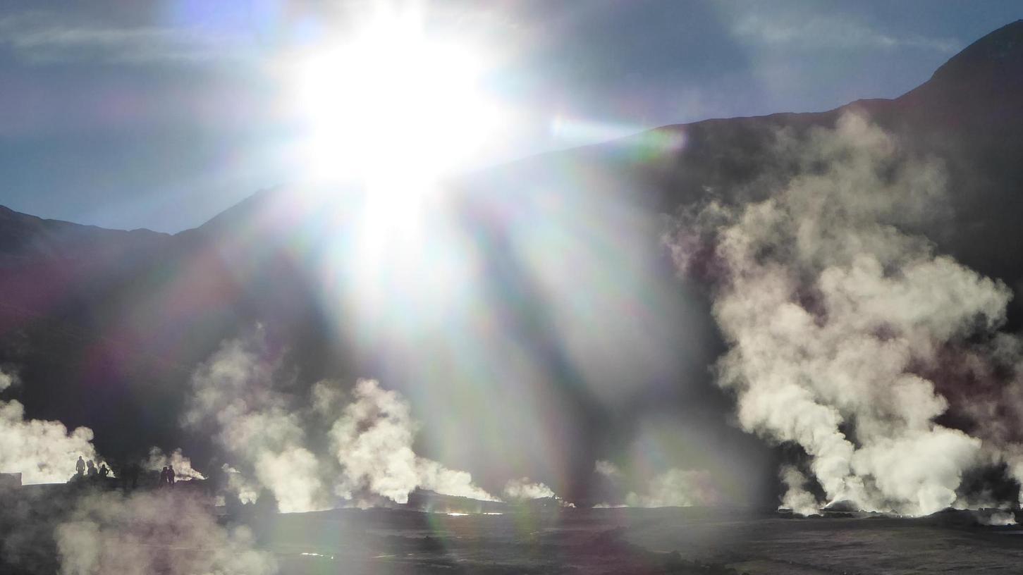 Wölkchen steigen am Geysir in der Atacama auf.