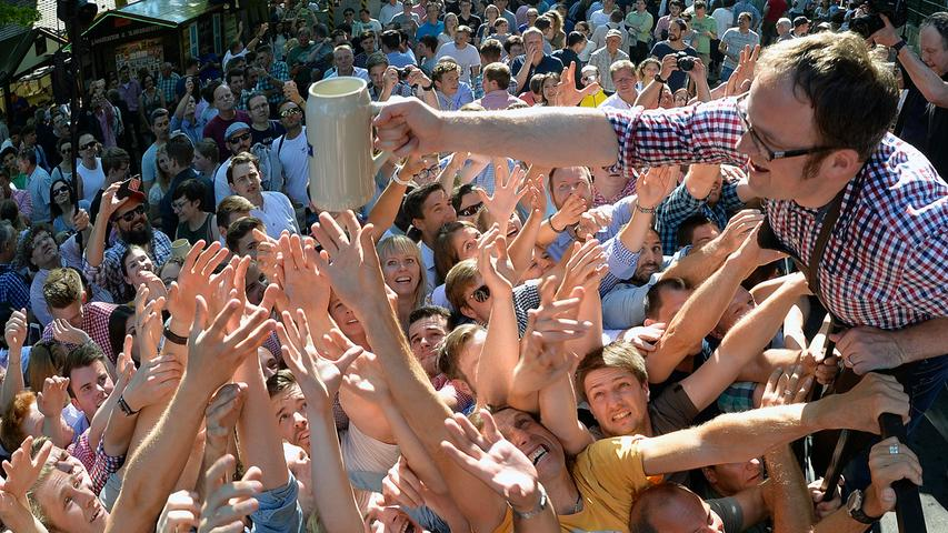 Erlangen: Anstich zur 262. Erlanger Bergkirchweih durch OB Florian Janik und anschließende Verteilung der Freimaßen an die wartende Menge. Anwesend waren u...a. auch der Vizebürgermeistere der Partnerstadt Shenzen. 01.06.2017. Foto: Harald Sippel