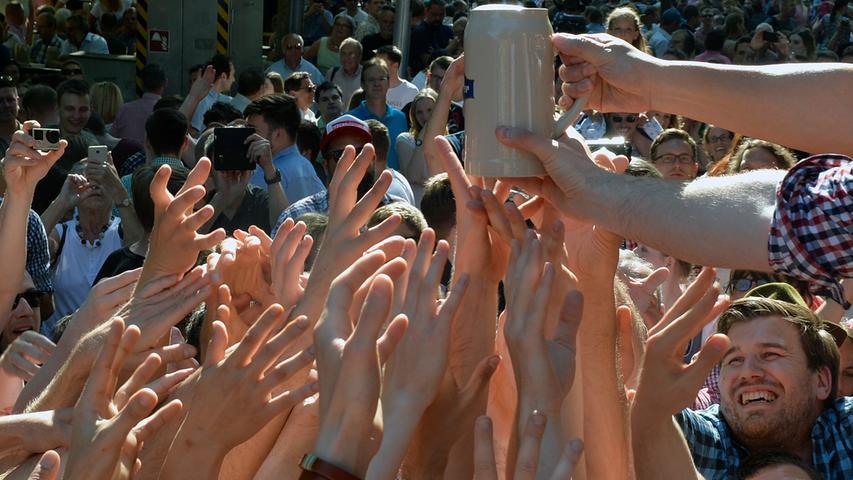 Erlangen: Anstich zur 262. Erlanger Bergkirchweih durch OB Florian Janik und anschließende Verteilung der Freimaßen an die wartende Menge. Diesmal passierte ein kleines Malheur beim Anstich, weil die Entlüfterschraube des Fasses nicht richtig justiert war. Es kam zu einer kleinen Bierdusche. Anwesend waren u.a. auch der Vizebürgermeistere der Partnerstadt Shenzen. 01.06.2017. Foto: Harald Sippel