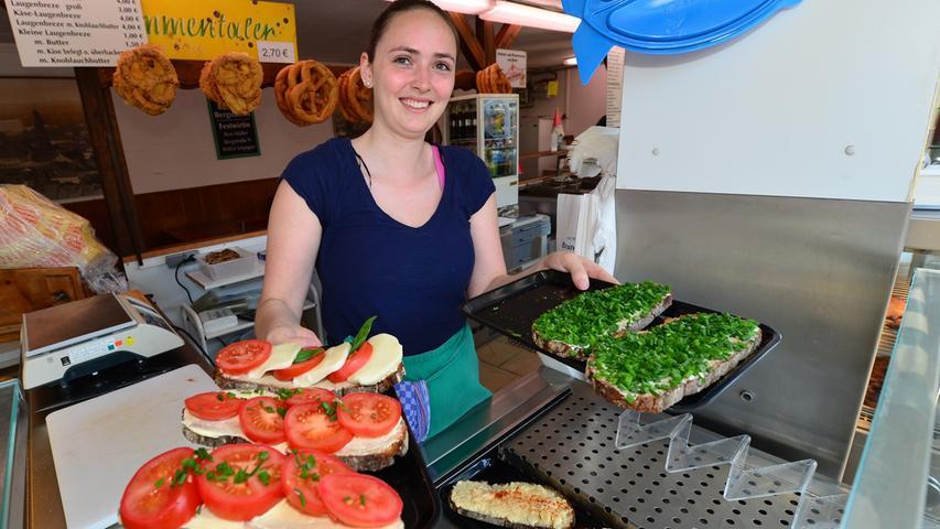 Gesunde Tomaten-Mozzarella und Schnittlauch-Brote präsentiert hier Selina Mößner in Müllers Brotzeitstube.