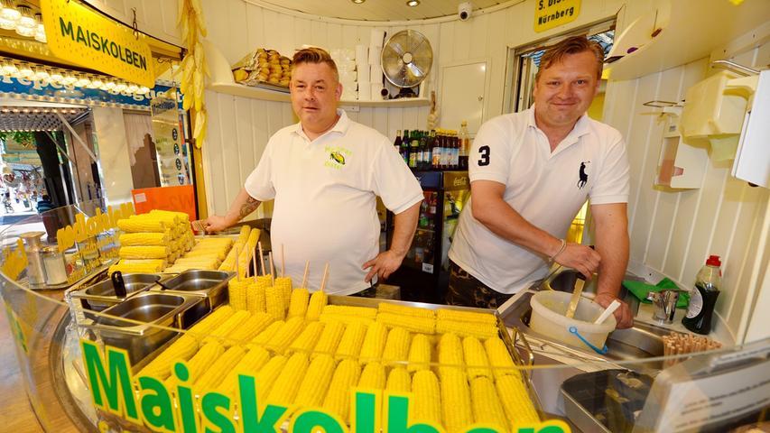 Da freut sich der Ernährungsberater: Die Maiskolben von Michael (l.) und Mathias Münch sind sicher gesund.