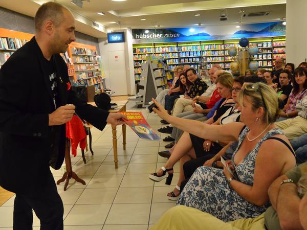 Der Autor selbst sorgte mit einigen eigens einstudierten Tricks unter Mithilfe des Publikums für eine Portion Magie am Premierenlesungsabend seines neuen Frankenkrimis.