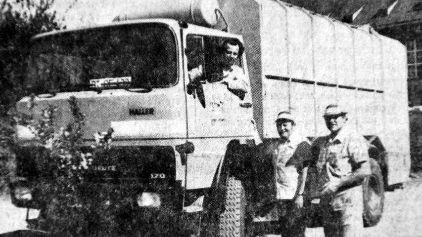 Ende der 1970er-Jahre ging mit der letzten Fahrt eines stadteigenen Müllautos ein Stück Pegnitzer Tradition zu Ende. Der 1974 in Dienst gestellte Lastwagen hatte in drei Jahren rund 43.000 Kilometer zurückgelegt, ehe die Müllentsorgung in den Aufgabenbereich des Landkreises überging. Für den NN-Fotografen präsentierten sich der Fahrer Bruno Hanisch sowie die Müllwerker Manfred Betzholz und Nikolaus Oswald vor ihrem mit Flieder geschmückten Fahrzeug. Dabei handelt es sich um einen Magirus-Deutz mit luftgekühltem Motor, damals ein weit verbreitetes Modell für Kommunalfahrzeuge wie Müllwagen.