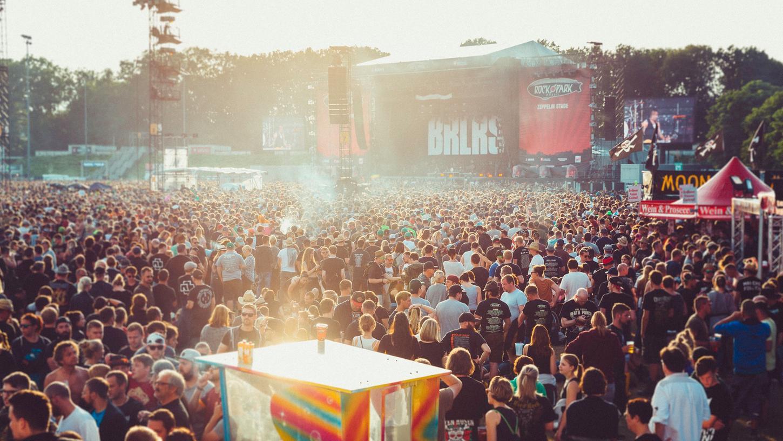 Bei Rock im Park versammeln sich jedes Jahr Zehntausende Festivalfans vor den Bühnen auf dem Zeppelinfeld.