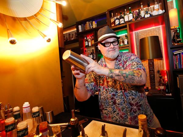 Bar Blume von Hawaii , Barkeeper Zack Thomas Stingl gibt Tips ,