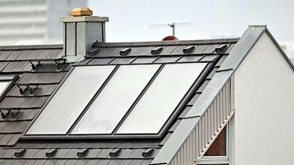 Im Neubaugebiet Röthelheimpark (hier im «individuellen» Südosten) haben die Bauherren bereits bei der Planung an Solarthermie gedacht. Wer nachrüsten will, kann dabei nun auch mit einer städtischen Förderung rechnen.