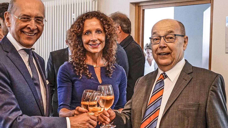 Der frühere Oberbürgermeister Franz Stumpf (re.) gratulierte Gregor Scheller, der mit seiner Gattin Gudrun Scheller-Hesch die Glückwünsche in Empfang nahm. Zu den Gästen gehörte auch Stumpfs Nachfolger Uwe Kirschstein.