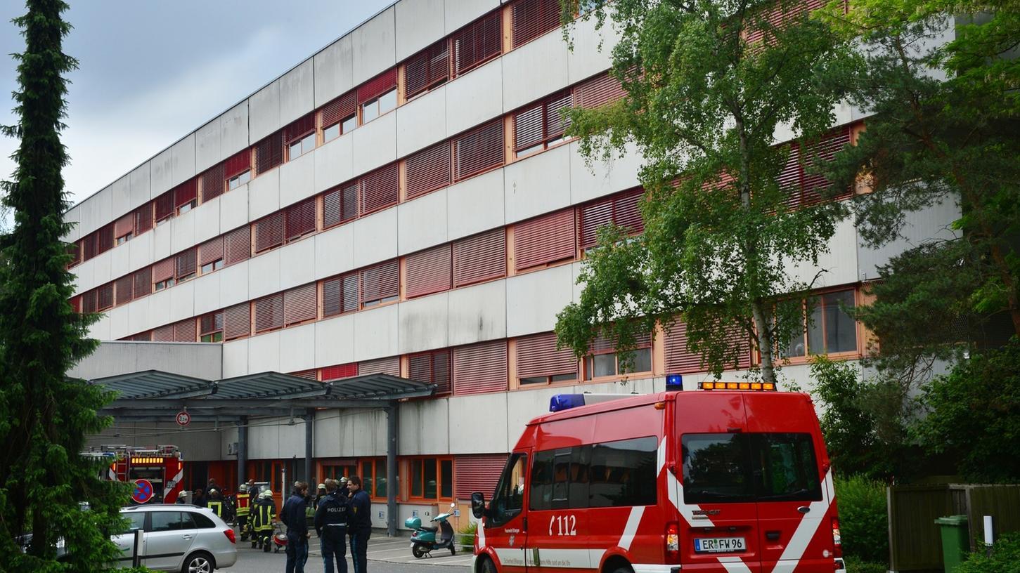 Ein Zimmerbrand in einem Trakt des Bezirkskrankenhauses hat einen Großeinsatz von Feuerwehr und Rettungsdienst ausgelöst.