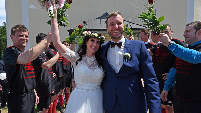 Im romantischen Kirchlein im Lengenbachtal gaben sich Katrin und MarkusWenisch das Ja-Wort. Kaplan Florian Leppert aus Deining zelebrierte die feierliche Hochzeitsmesse, die von