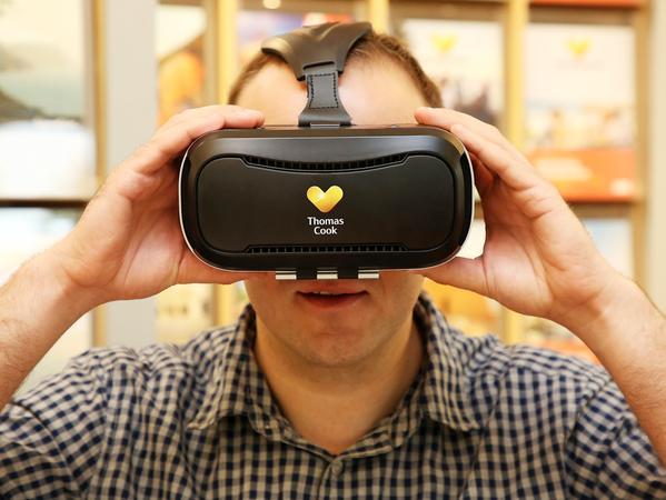 Susanne Vogel vom Thomas-Cook-Reisebüro in der Früher Straße in Nürnberg verschafft den Kunden mit der Virtual-Reality-Brille einen noch besseren Eindruck vom Reiseziel...Foto: (c) RALF RÖDEL / NN (12.5.2107)