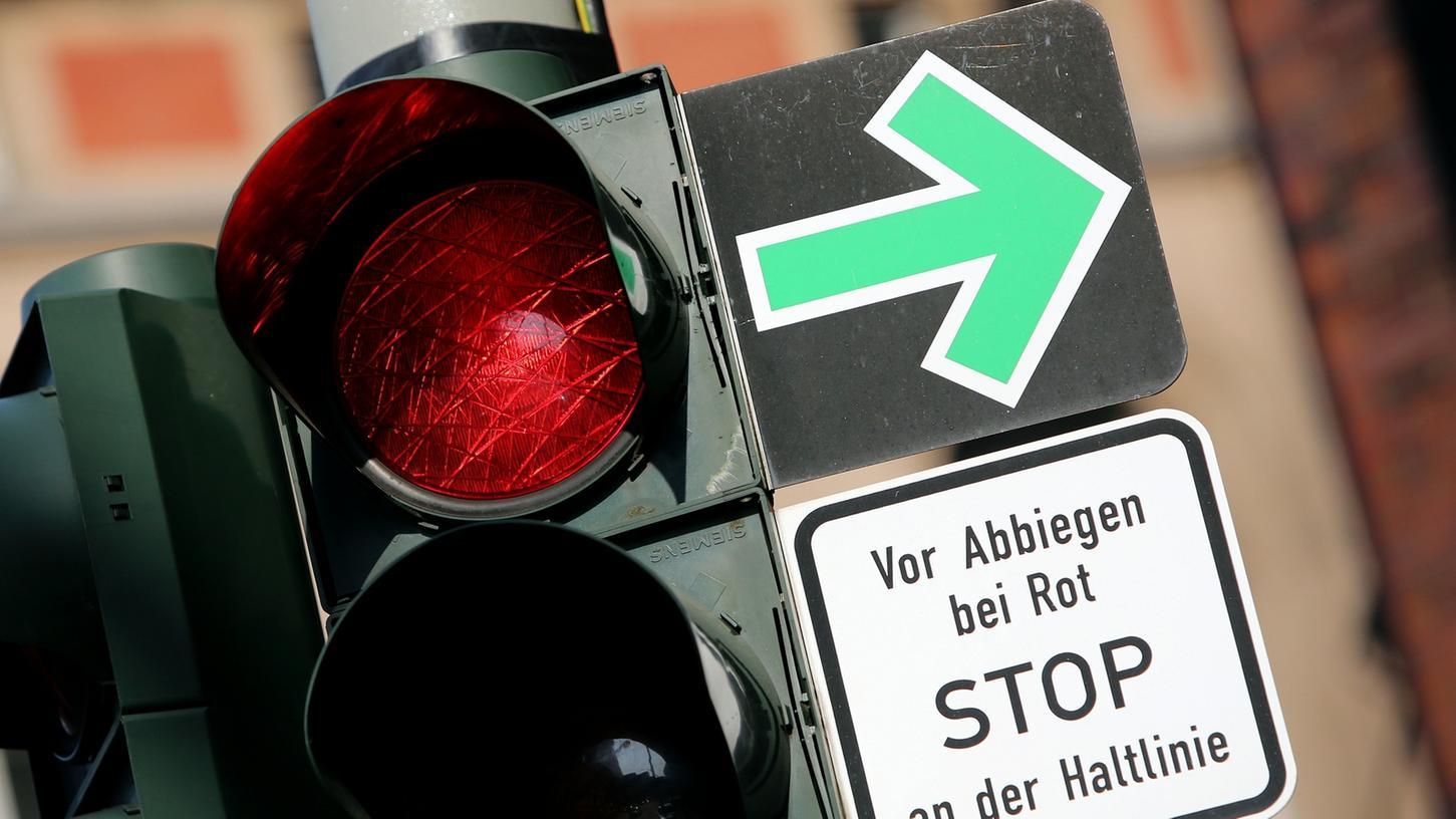 Diesen grünen Pfeil gibt es schon heute, er erlaubt es allen Verkehrsteilnehmern, bei Rot rechts abzubiegen. Diskutiert wird nun über eine Erlaubnis nur für Radfahrer.