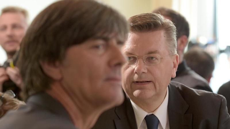 Verantwortung übernehmen? Erstmal sei in Sachen Katar etwa die Politik an der Reihe, sagt Deutschlands oberster Fußballfunktionär.