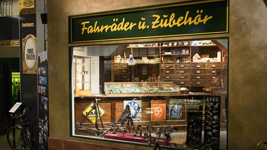 In Nürnberg wurden aber nicht nur Fahrräder hergestellt, sondern auch viel Zubehör wie Lampen, Reifen oder spezielle Fahrradtaschen. Die Nachbildung eines Fahrradladens im Museum Industriekultur erinnert an dieses Kapitel fränkischer Industriegeschichte.