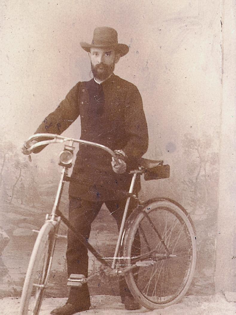 Nicht nur in Nürnberg war man begeistert von dem neuen Fortbewegungsmittel. So legte sich Robert Bosch 1890 ein Fahrrad zu, um damit seine Kunden in Stuttgart zu besuchen. Das Foto bildete zugleich die Vorderseite seiner Visitenkarte.