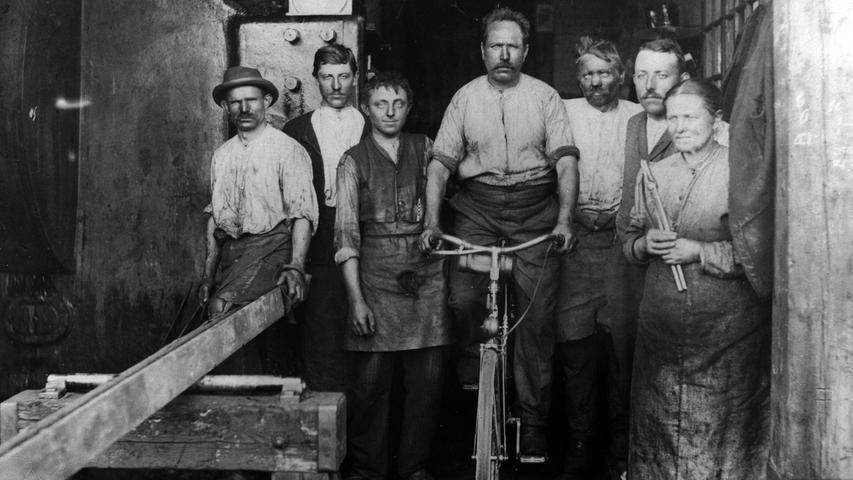 Angesichts der rationelleren Fertigung wurde das Fahrrad bald auch billiger und damit zum bevorzugten Fortbewegungsmittel der Arbeiterklasse.