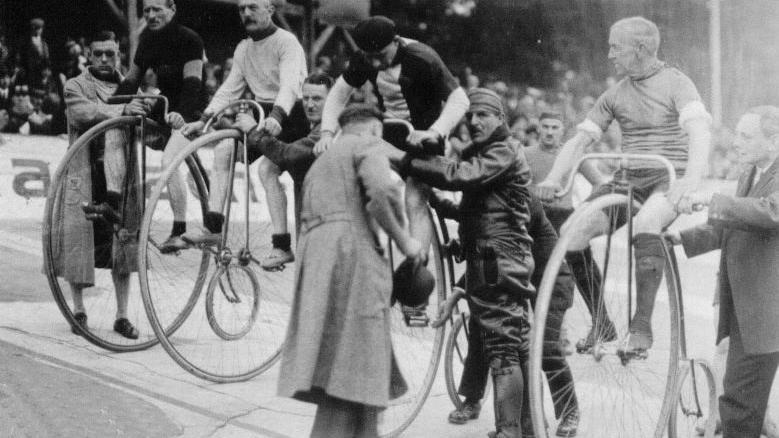 Unerschrockene stiegen bei ersten Fahrradrennen auf die so genannten Knochenschüttler. Ein Zeitvertreib für Gutbetuchte, denn die Arbeiterschicht konnte sich so ein in reiner Handarbeit gefertigtes Hochrad nicht leisten.