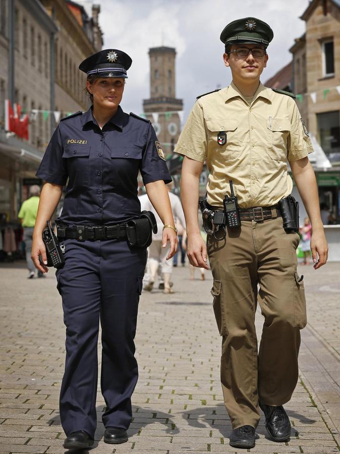 Neu und alt: Fee von Poswik (links) testete zwei Jahre lang die blaue Uniform, während ihre Kollegen weiter grün-beige gekleidet waren.