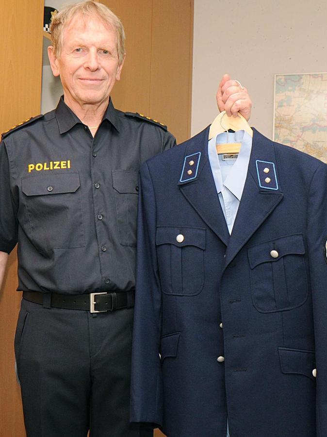 Seine erste Uniform - eine blaue - hat Fürths Polizeichef Peter Messing bis heute aufgehoben.